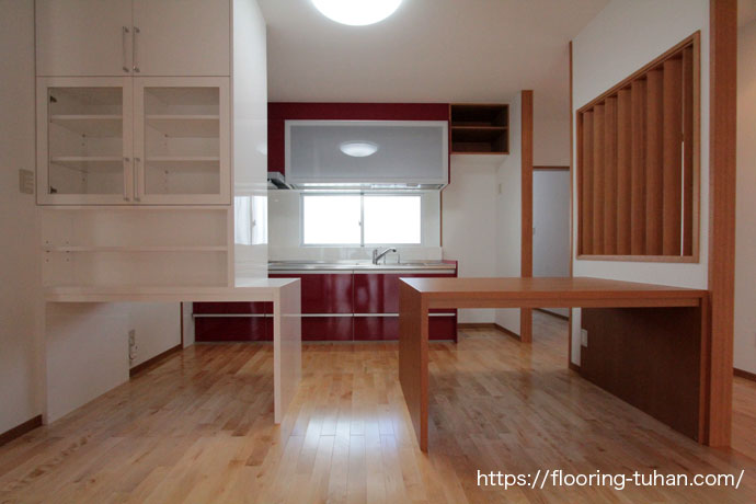 白系統フローリング(カバ桜無垢フローリング)を使用したキッチン