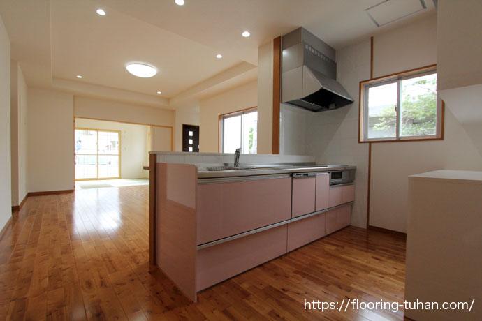 薄ら着色されたカバ桜フローリング(バーチブラウン)をキッチン周りの床材として使用