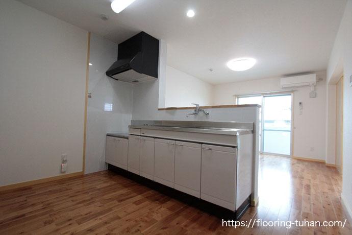 木目と節が印象的なバーチブラウンフローリングをアパートの3LDKのお部屋へ使用