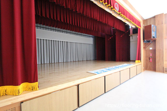 公民館の舞台に、カバ桜フローリング(無垢材)を使用