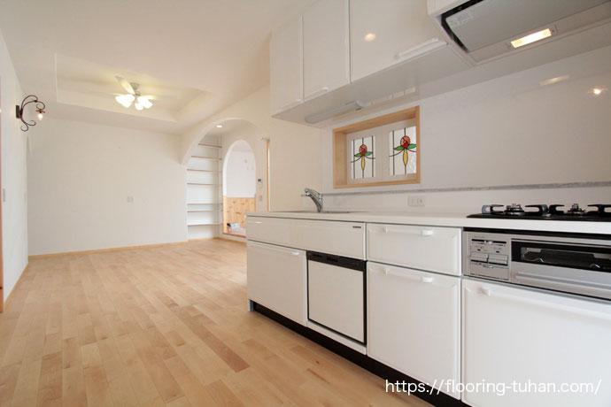 キッチンの床材に、カバ桜無垢フローリング自然塗装仕上げ(オスモ仕上げ)を採用