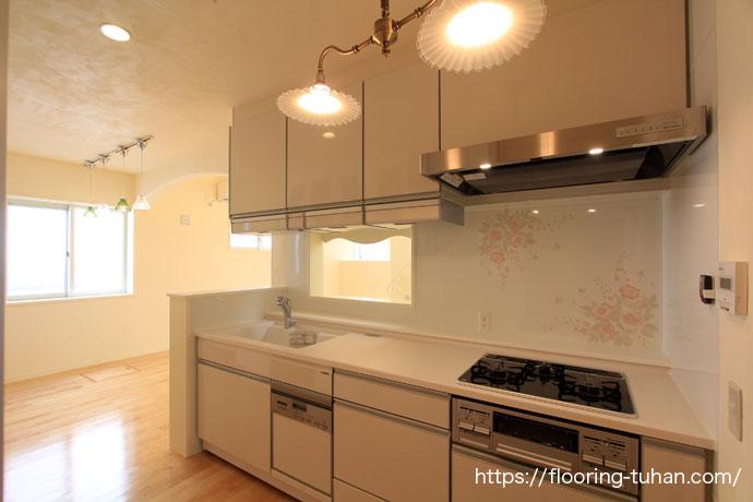 キッチンに白フローリングのカバ桜材を使用して室内を明るく表現(カバ桜材/バーチ材/フローリング材/無垢床材)