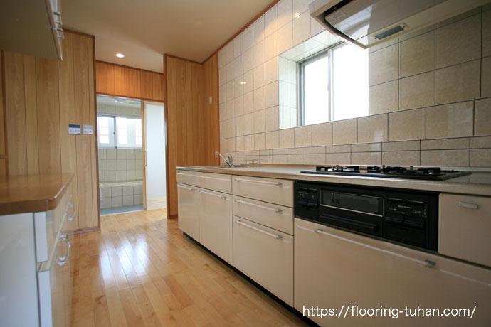 カバ桜フローリングをキッチン周りに使用し家全体を明るく表現したお宅