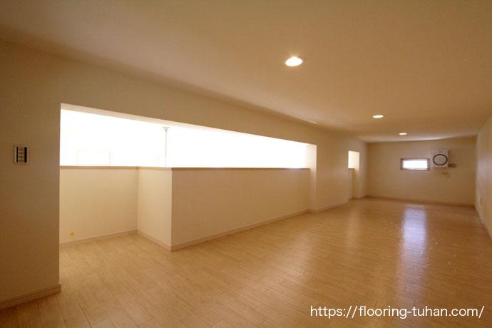 広々とした空間のロフトにカバ桜材を使用(カバ桜無垢フローリング/床材 カバ桜/無垢床/白系統フローリング