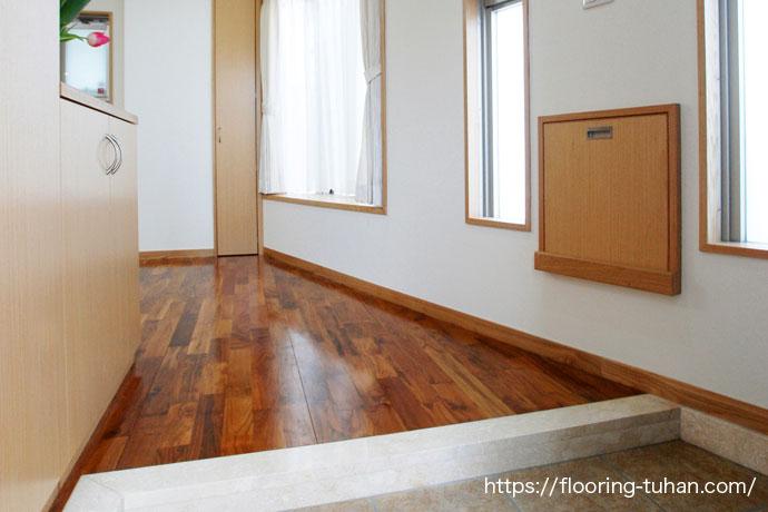 2階はカバ桜、1階にはチークフローリングを使用(チーク材/無垢材/フローリング)