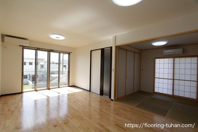 広いリビングダイニングには、清潔感あふれ室内を明るくしてくれる白フローリングで仕上げたお宅(バーチフローリング/カバ桜フローリング/カバザクラ材/無垢床材/白床/白フローリング)