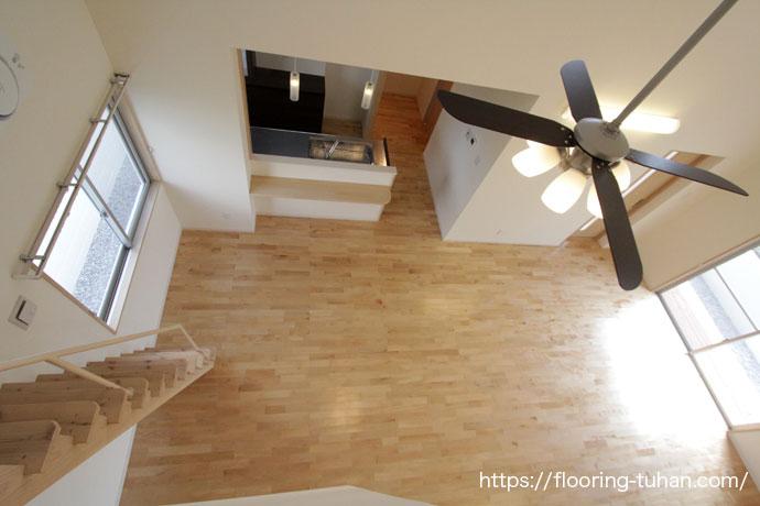 ロフトから見下ろしたリビング(カバ桜無垢フローリング/床材 カバ桜/無垢床/白フローリング)