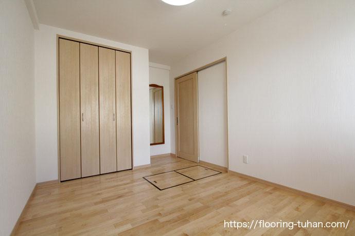 白い壁と床材がナチュラルな雰囲気(床材 無垢)