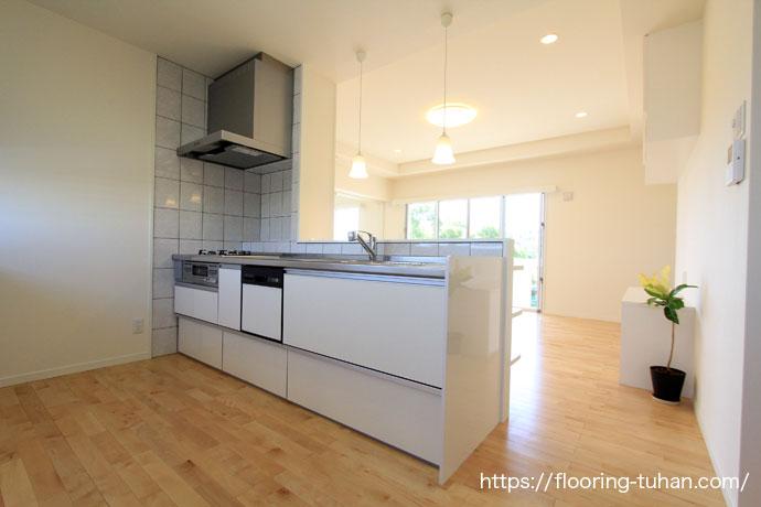 白で統一されたキッチン(カバ桜/無垢床材/台所/フローリング)