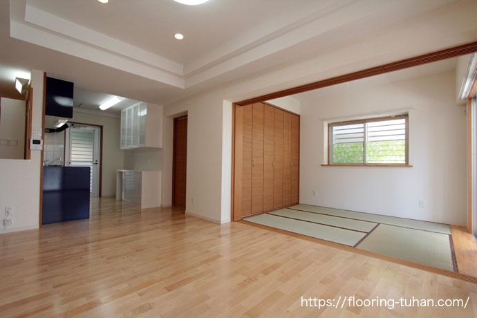 白を基調とした3世帯住宅の床に、カバ桜無垢フローリングを使用