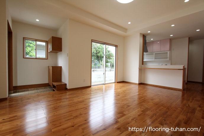 リビングダイニングの床材としてバーチブラウンフローリングを使用して頂いた新築