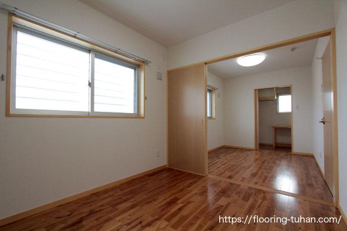 アパートの3LDKのお部屋に、木目と節が印象的なバーチブラウンフローリングを使用