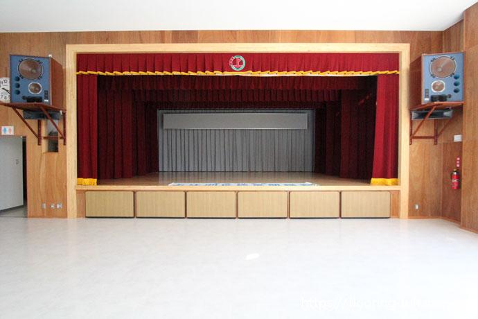カバ桜材を公民館の舞台用フローリングとして使用した物件