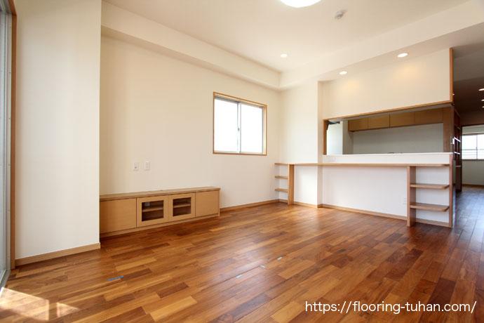カバ桜材を使用した、3階アパート