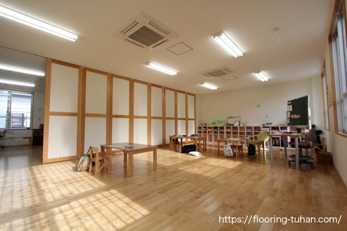 カバ桜フローリングを保育園の床材として使用した物件