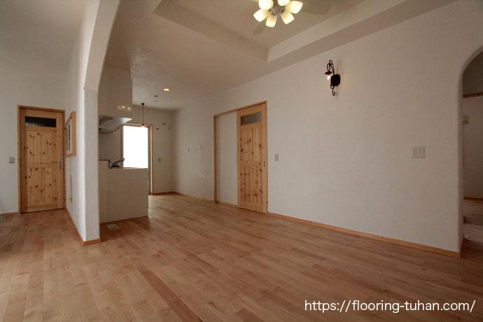 カバ桜無垢フローリングをリビングダイニングに使用した住宅(自然塗装仕上げ/オスモ仕上げ/カバ桜材/バーチ)