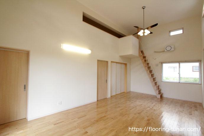 天井の高いロフトのあるお家にカバ桜無垢フローリングを採用して頂きました