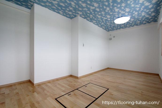 可愛らしい天井壁紙とカバ桜無垢床