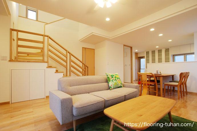 2世帯住宅の床にチーク材とカバ桜材を使用したお宅