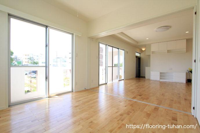 白で統一された2世帯住宅(カバ桜無垢フローリング/無垢床材)
