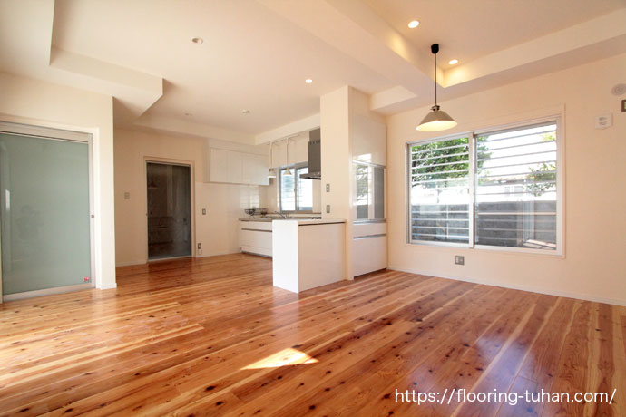 その柔らかさから踏み心地がよく人気が高い杉材をリビングダイニングに使用した戸建住宅