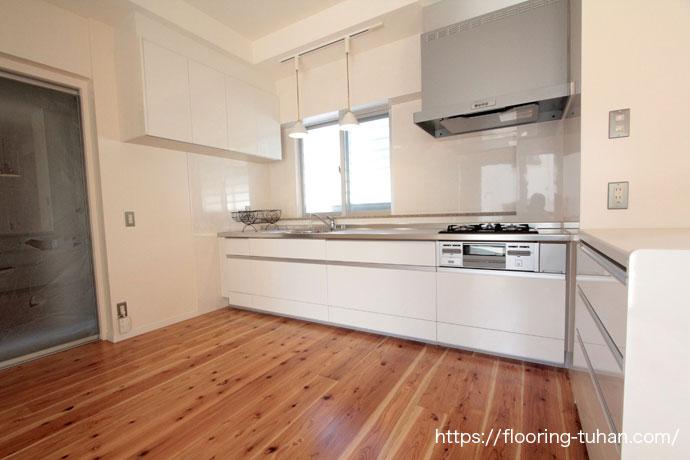 キッチンに杉150巾一枚物タイプ無塗装品・面取り(30mm厚・ジャンボ)を使用