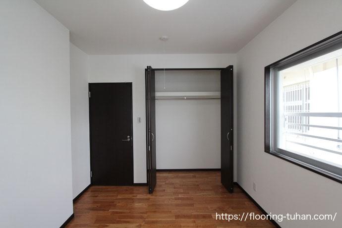 チェリー無垢フローリング75巾ユニ塗装品を寝室の床材として使用した住宅(家)