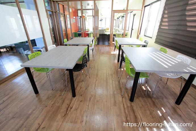 テナント物件のため、ボンド不要で置くタイプのPVCフローリング(デコクリック)を床材として使用した福祉施設
