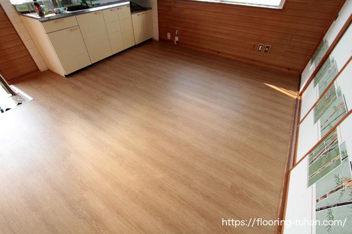 ダメージの多かったキッチン周りの床を、置くタイプのPVC(デコクリック)フローリングで簡単にプチリフォーム