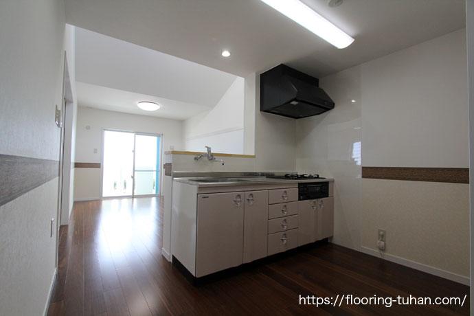 黒茶系統のクク無垢フローリングを、アパート物件のキッチン周りの床材として使用