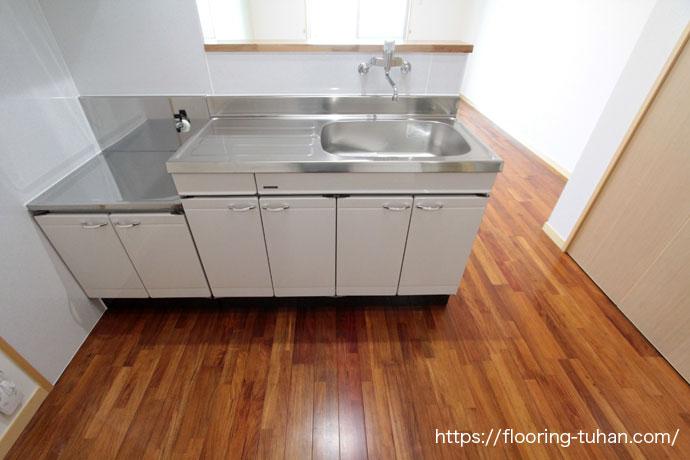 銘木の1つリングア材をアパートの3LDKの床材として使用