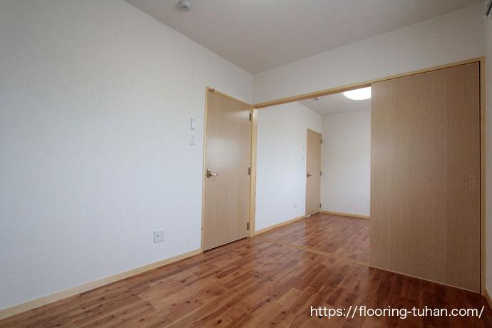 チークの代替品として知られるリングア無垢材をアパートの床材として使用(リングア/カリン(花梨)/チーク)