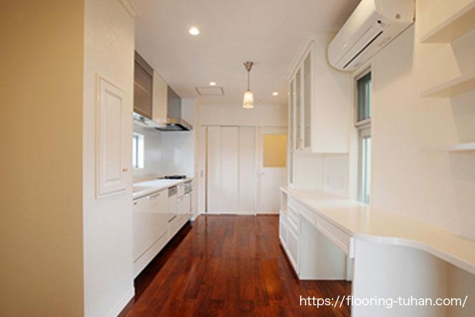 汚れが目立たない床とオシャレな階段のあるリビング(リングア材)