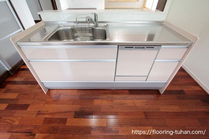 キッチンの床材にメルバオ無垢フローリングを採用した戸建て住宅