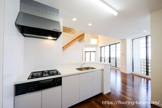 白を基調としたダイニングキッチン(床材 メルバオ/フローリング メルバオ/無垢フローリング)