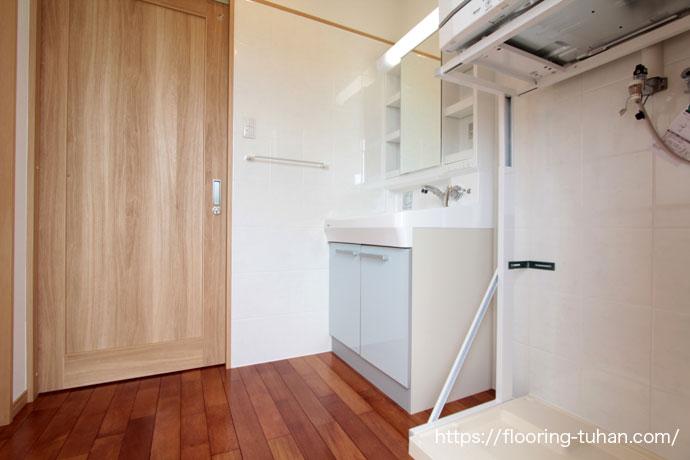 耐水・耐久性のあるメルバオ無垢フローリングを戸建住宅の脱衣所部分に使用