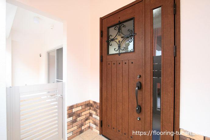 メルバオフローリングを玄関周りに使用し、アジアンテイストを演出した住宅