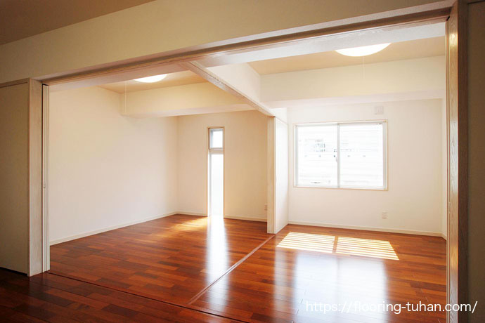 こげ茶色の床がお部屋を落ち着いた雰囲気にみせます(メルバオ無垢フローリング)