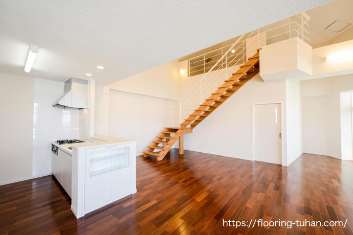 高い天井を利用してロフトを作成したお宅(家)、床材にはメルバオ無垢フローリングを使用しました