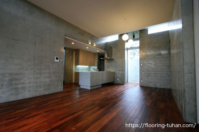 床を惹き立てるコンクリートの家、メルバオ無垢フローリング