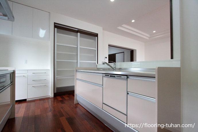 キッチン/台所の部分に水に強く堅い木のメルバオフローリングを採用した戸建て住宅