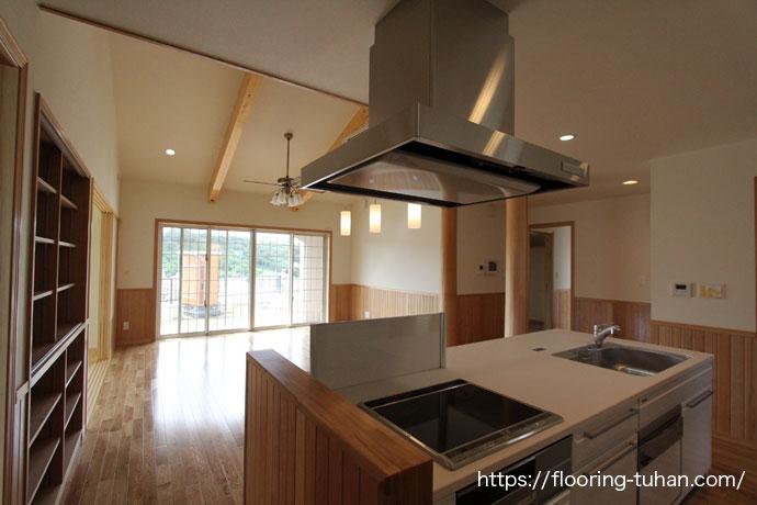 オーク(ナラ)フローリングを使用したキッチン