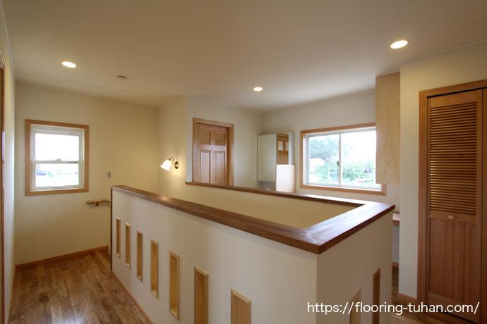 白フローリングで明るく演出された2階子供部屋(寝室)