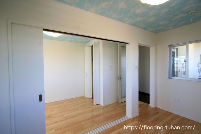 家全体にはローズウッド(紫檀)材を、子供部屋にはカバ桜材を使用した住宅