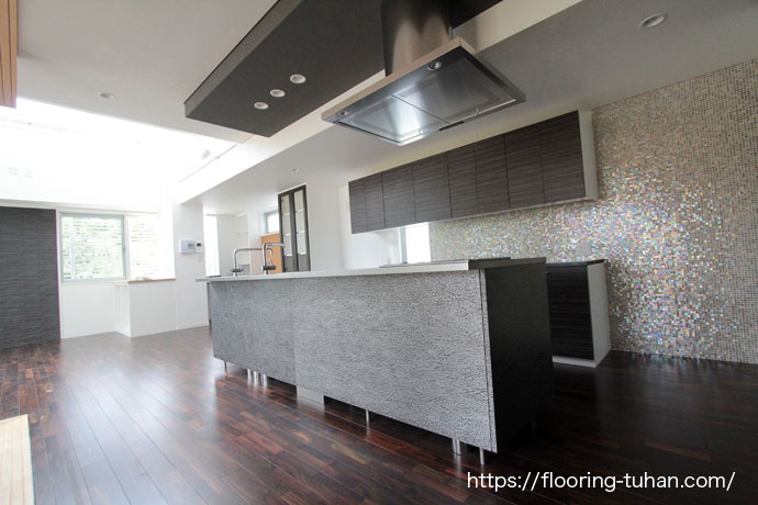 ローズウッド(紫檀)フローリングを使用した3階建住宅