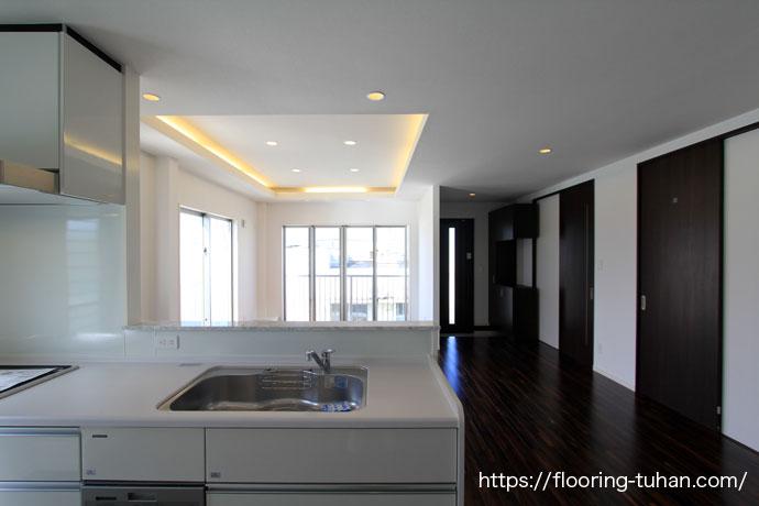 ローズウッドをキッチンの床に使用した戸建て住宅(無垢床/フローリング)