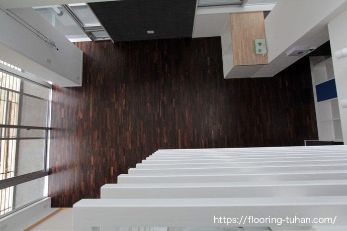 高級感あふれるローズウッド材をリビングに使用、白壁とソノクリンのコントラストが映える