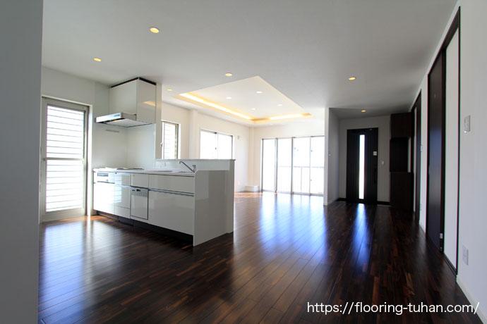 ローズウッド(紫檀)フローリングを使用した2階建住宅