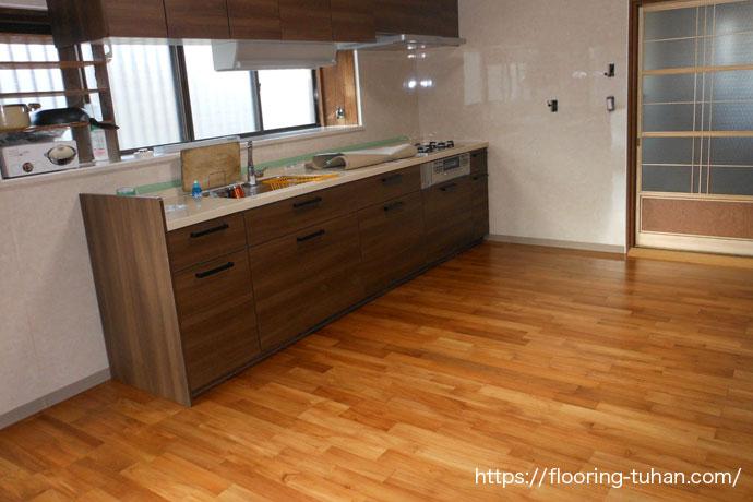 ダイニングキッチンの床改装工事にチークフローリングを採用(チーク材/無垢フローリング/無垢床材/住宅改装)