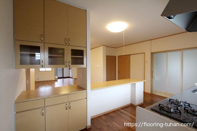 キッチンとチーク材の色合いがマッチしたスペース